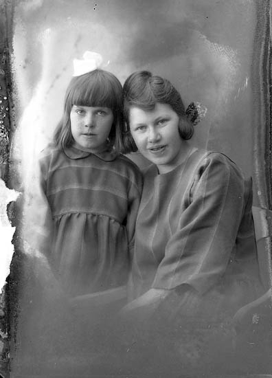 """Enligt fotografens journal nr 5 1923-1929: """"Johansson, Helga Lundby, Spekeröd""""."""