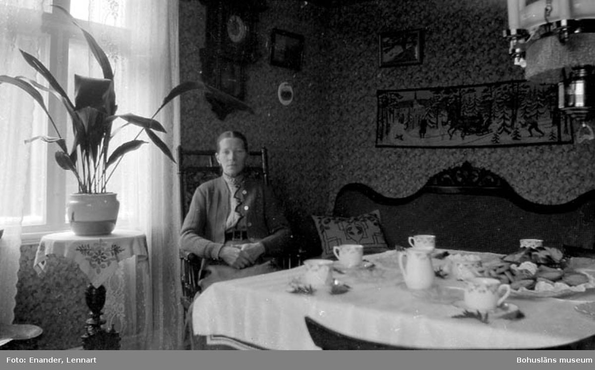 """""""Dam vid dukat kaffebord"""" enligt fotografen."""