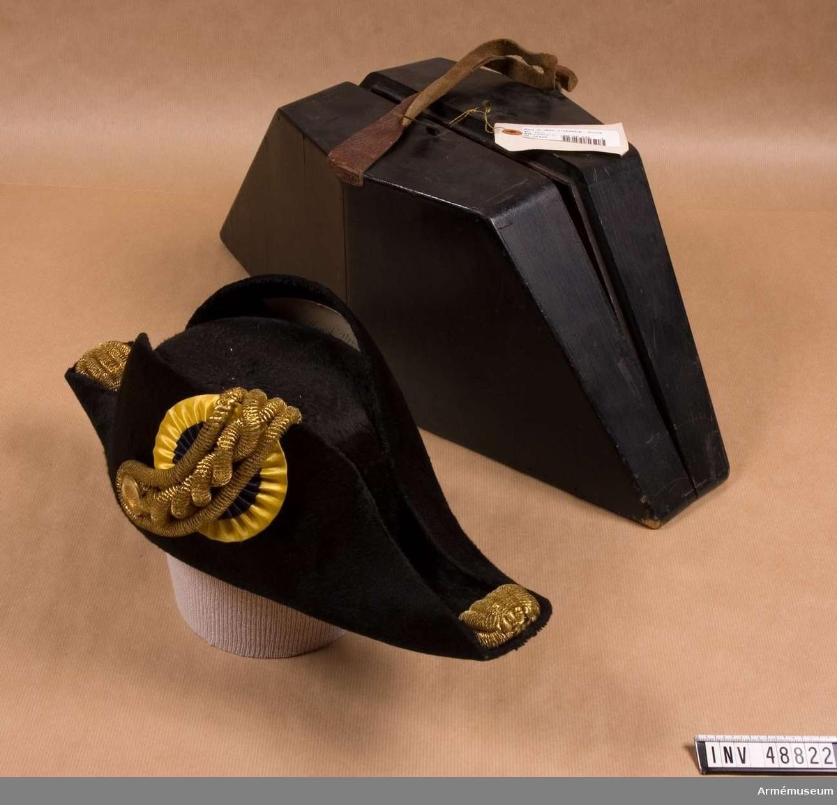Grupp C I. Trekantig hatt. Uniform för musikdirektör vid Fortifikationen, bestående av  vapenrock, långbyxor, hatt, mössa. Buren av musikdirektör C J H Uppström.