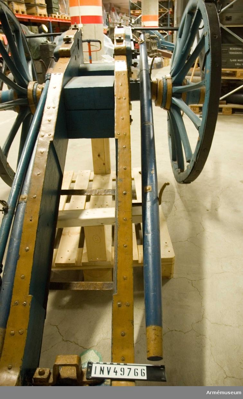 Grupp F I. 3-pundigt regementsstycke av 1747 års konstruktion med tillbehör  bestående av lavett, föreställare med skalmar, riktkil,  kombinerad sättare och laddskyffel, domkraft och anmarschbommar.