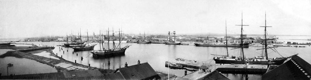 Landskrona. Fotot taget från Gråen, 1890-talet. T.h. i förgrunden fosfatfabrikens utlastningskaj.