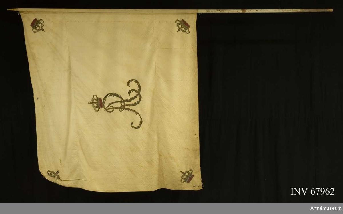 Duk: Tillverkad av enkel vit sidenkypert. Sydd av tre horisontella våder. Duken kantad med vit silkessnodd och är  fäst vid stången med förgyllda spikar på ett vitt band.  Dekor:  Broderad i dubbelsidig plattsöm i guld. Gustav IV Adolfs namnchiffer (GA endast på fanans utsida). Krönt av en sluten krona med ytter och innerfoder i rött silke med olikfärgade stenar i silke. Liknande kronor i hörnen.   Stång av vitmålad furu.