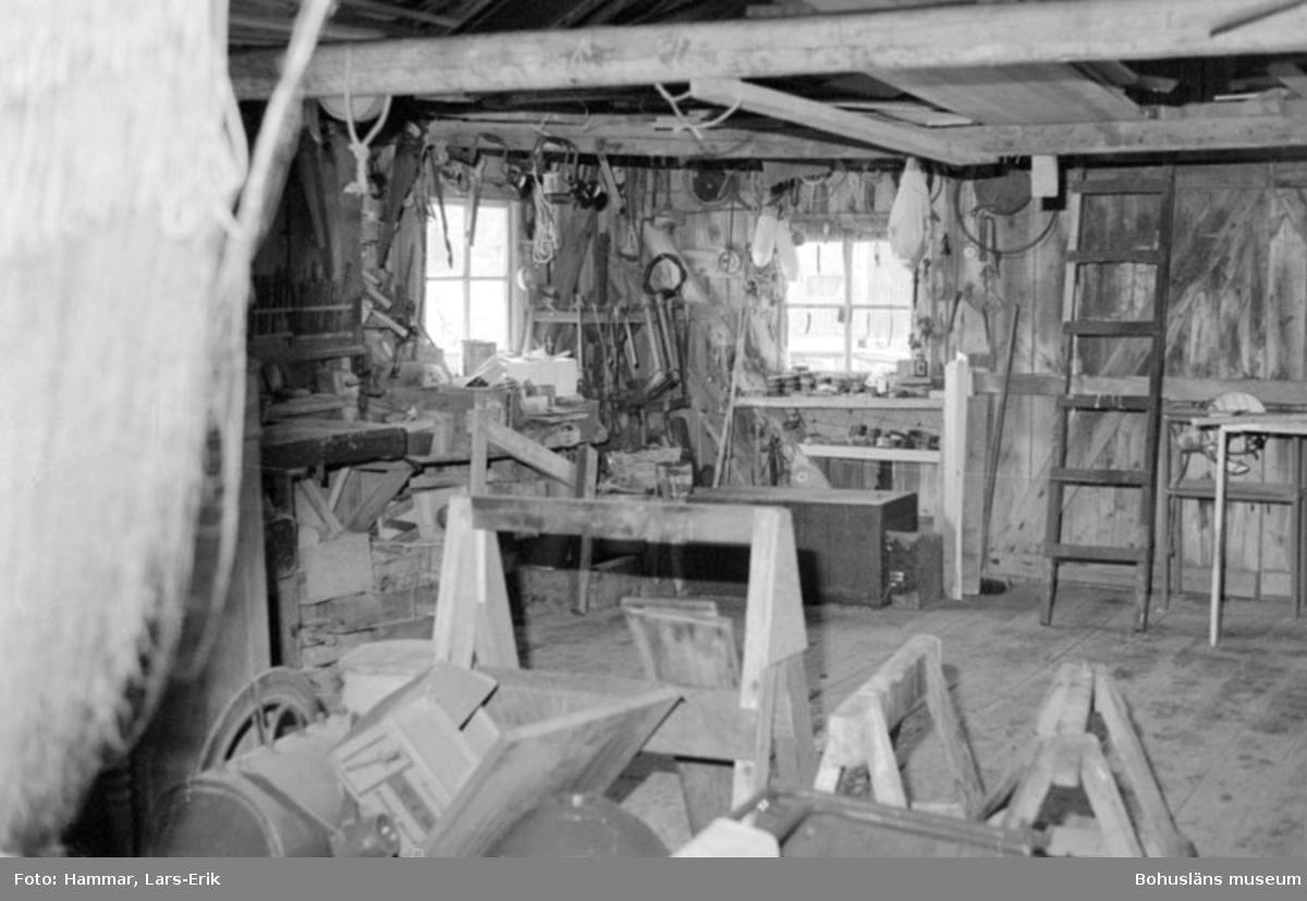 """Motivbeskrivning: """"F.d varv i Skredsvik, interiör från båtbyggarverkstaden."""" Datum: 19800717"""