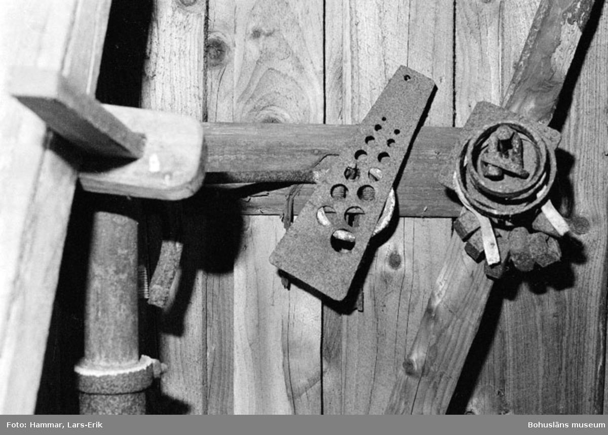 """Motivbeskrivning: """"F.d varv i Skredsvik, på bilden syns en nitmall (bilden tagen i smedjan)"""" Datum: 19800717"""