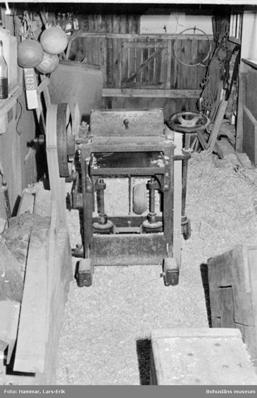 """Motivbeskrivning: """"F.d varv i Skredsvik, interiör från tillbyggnad till virkesmagasin.  På bilden syns en kutterhyvel inköpt i Bovallstrand för ca 25 år sedan."""" Datum: 19800717"""
