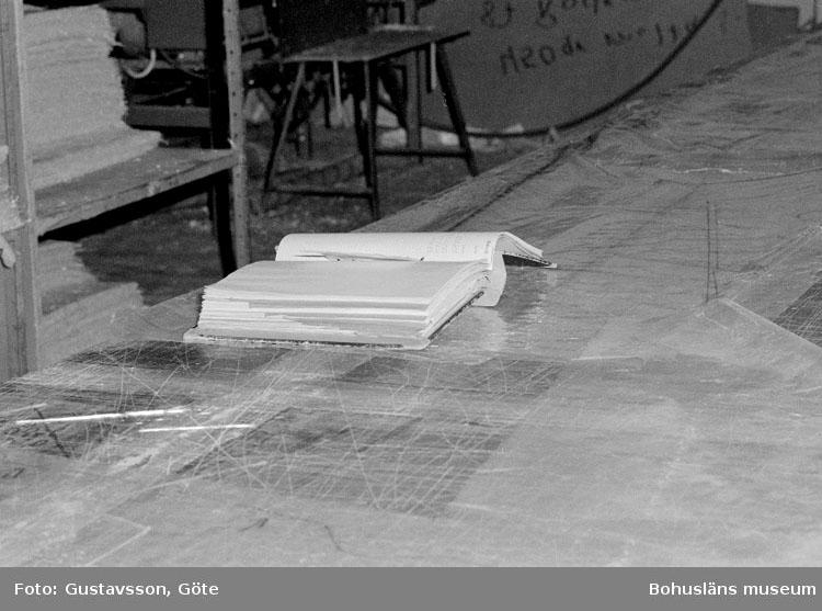"""Motivbeskrivning: """"Gullmarsvarvet AB, Ulserröd, på bilden syns pärm med arbetsbeskrivning på skärbordet."""" Datum: 19801031"""