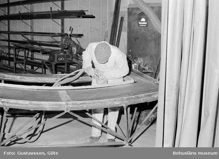 """Motivbeskrivning: """"Gullmarsvarvet AB, Ulseröd, på bilden syns Albert Olsson slipa däcksform till Bornö 31."""" Datum: 19801031"""