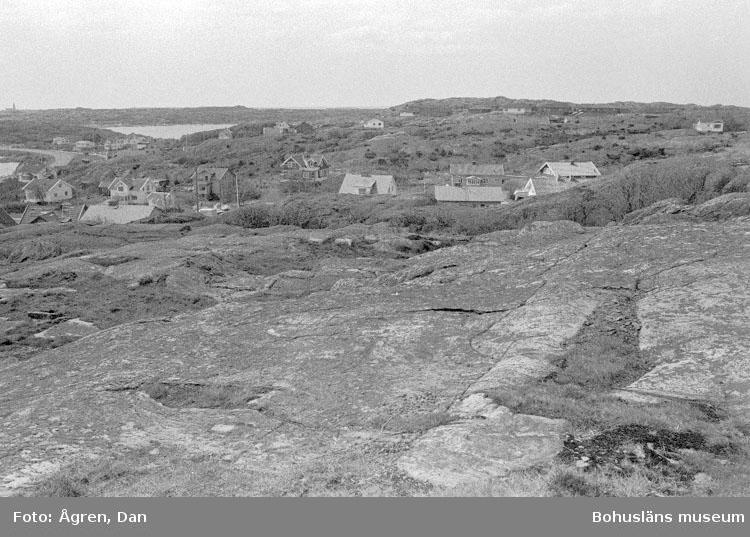 """Motivbeskrivning: """"Bebyggelse på Hälsö, panorama över Hälsö mot Ö, S resp V."""" Datum: 19800502"""
