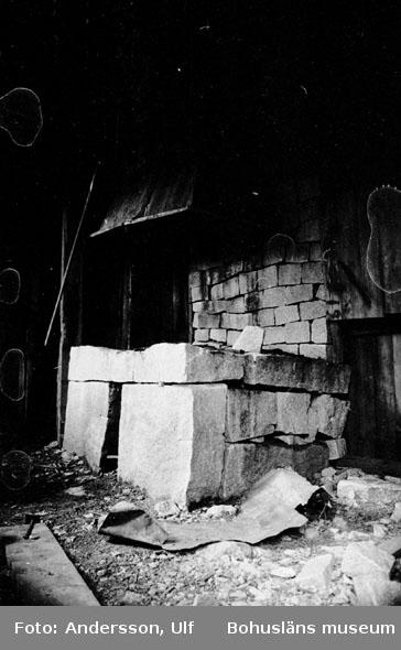 """Bohusläns samhälls- och näringsliv. 2. STENINDUSTRIN. Film: 17  Text som medföljde bilden: """"Smedja, ost om """"Hillern"""". April 1977."""""""