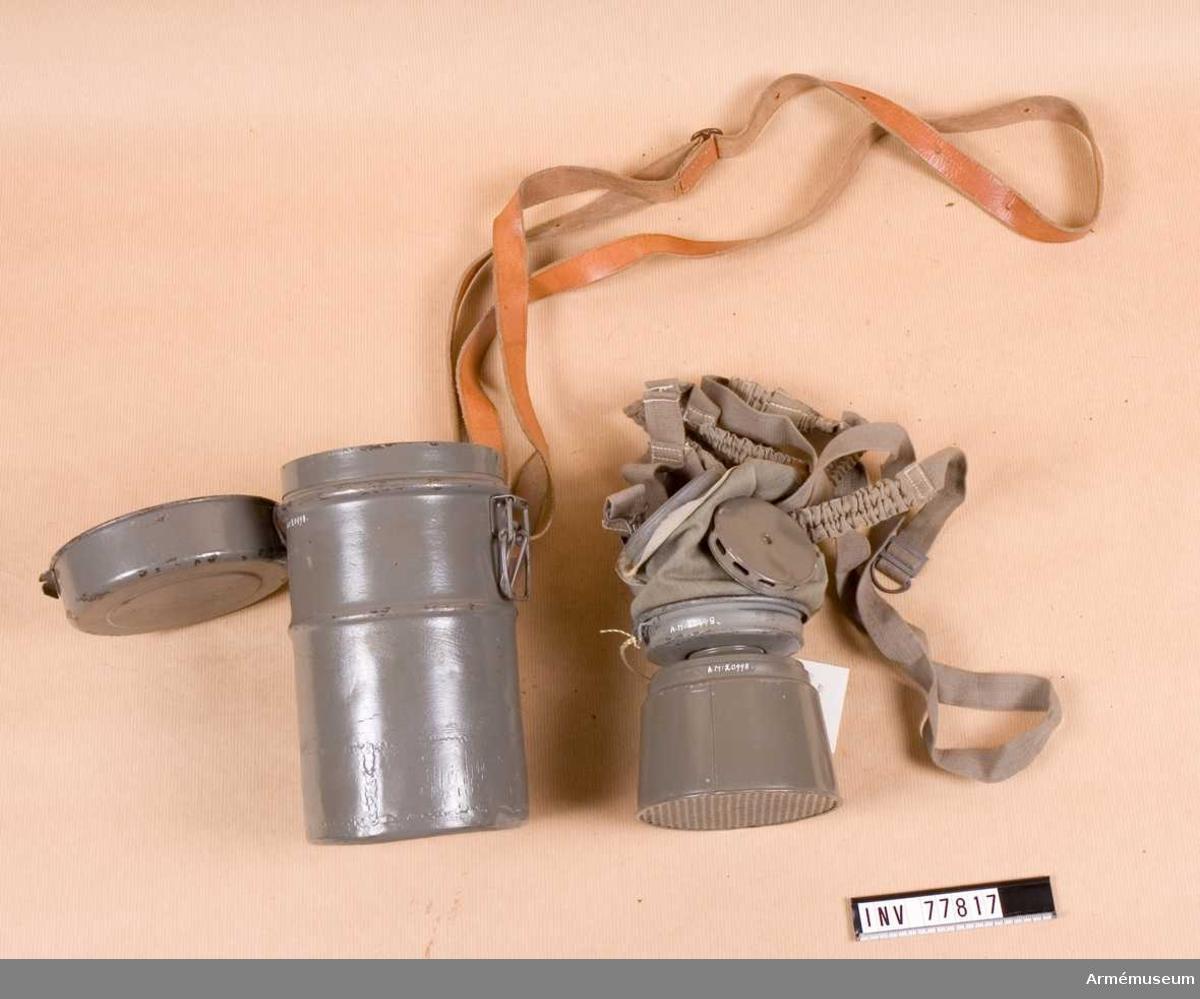 Grupp J. Består av ansiktskydd m/1926, behållare m/1923, fodral m/1923.