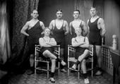 """Enligt senare noteringar: """"Beställare är Härbert Lysell, enligt sittningsboken.  Lysell bodde i huset Elleborg vid järnvägstationen (järnvägshotellet).  Han drev bageri efter John Ahlander.  Det är osäkert om Lysell var brottare själv. Han hade däremot en svåger som var det."""" (BJ) Fotot är taget 1920-02-29."""