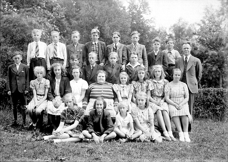 """Enligt senare noteringar: """"Läraren heter Harry Karlsson (1898-1977)."""" (BJ)"""