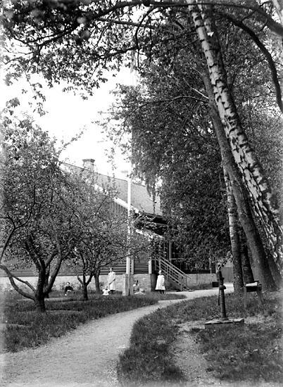 """Enligt noteringar: """"Villaträdgård någonstans i Munkedalstrakten.  Huset och barnen är okända."""" (BJ)"""
