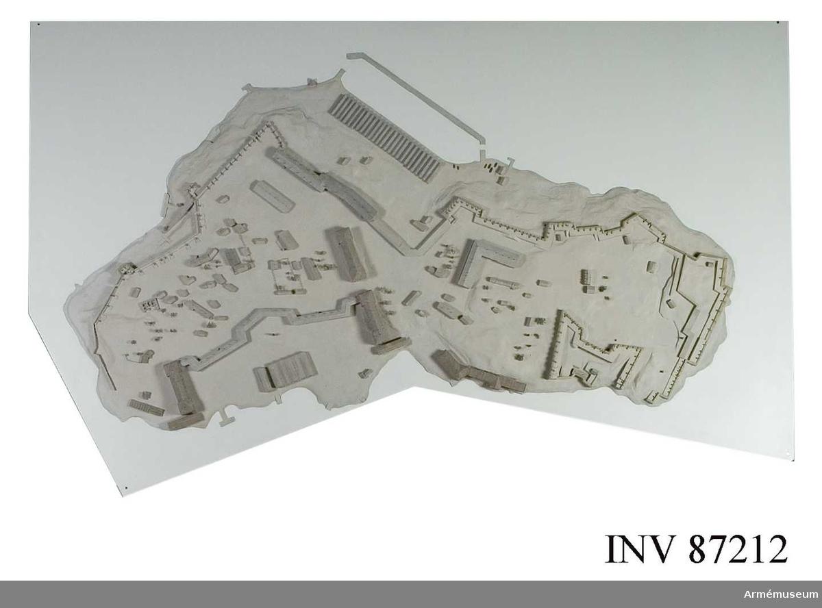 Grupp: L. Från. Modellen till öfästningen Sveaborg utanför Helsingfors återger den stora anläggningen sådan den tedde sig, då den överlämnades den 3 maj 1808 till ryssarna.