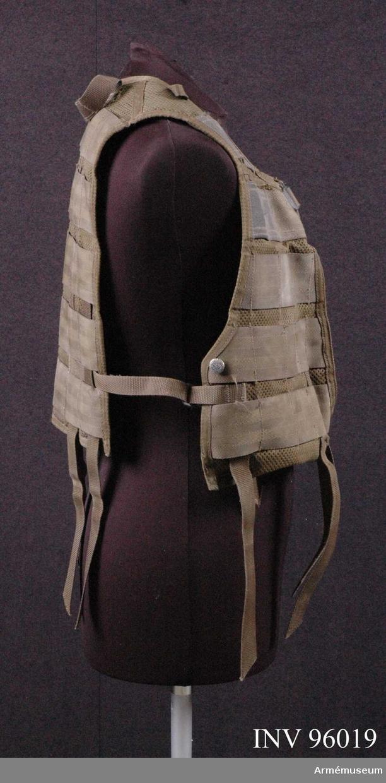 """Tillverkad 2002 av """"Sacci ryggsäckar AB"""" i Vietnam. 100% polyester. Försedd med remmar i nederkant till fästning av bälte till stridsväst (AM.096020)."""