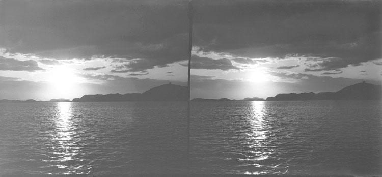Solnedgång nära Hjärterön 1 Juli 1902 (med Dyngö lots) (Stereo karta III)
