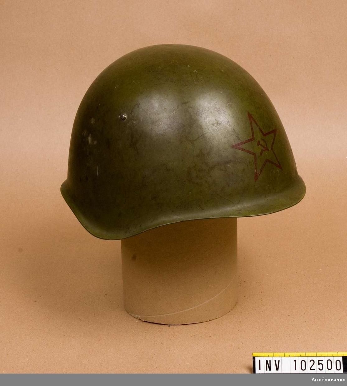 """Grupp D: IV. Rysk stålhjälm med blyertsanteckning inuti: """"Tagen vid Märkäjärvi vintern 1940 av B.S."""""""