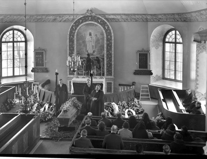 """Uppgift enligt fotografen: """"Herrestad. Begravning i kyrkan. Frk. Boström."""""""