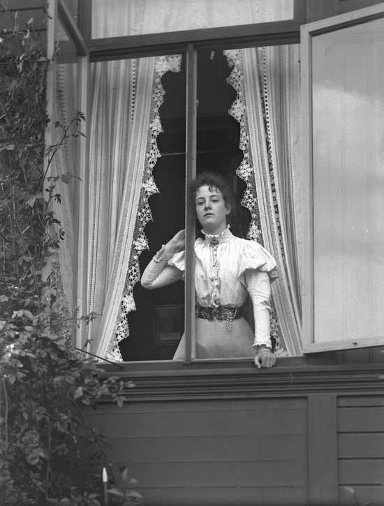 Kvinna i ett öppet fönster