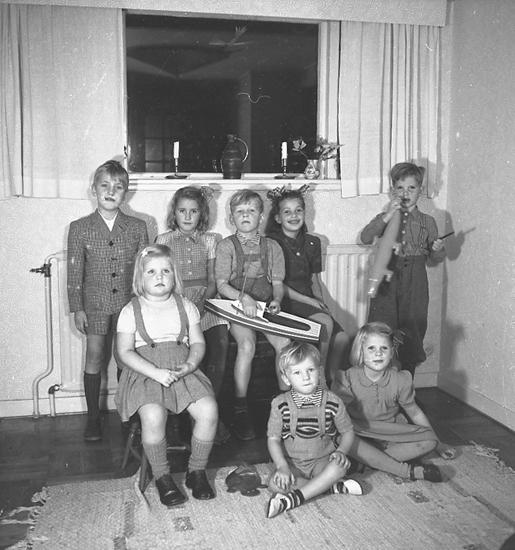 """Text till bilden: """"Hos Disp. Erandsson. Födelsedagskalas Tommy 7 år. 1947.11.13""""."""