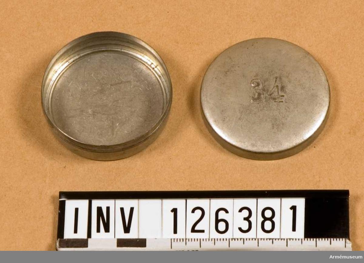 """Dosa, av förtent plåt, rund dia 45 mm. Märkt med siffran """"34"""""""