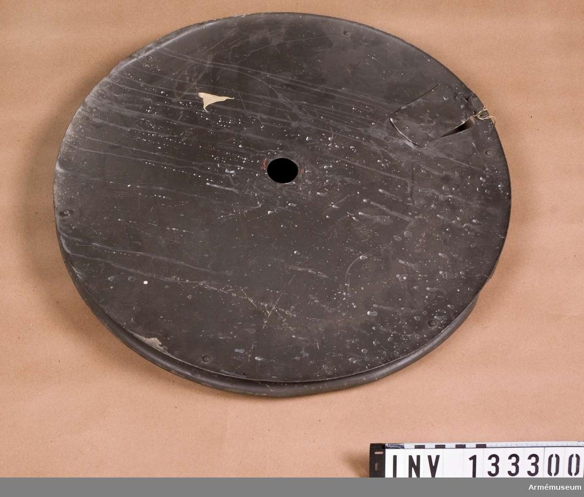 Av al med distansskruv och hål i mitten. Diameter= 51cm.