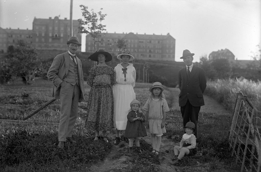 """Text till bilden: """"Porträttgrupp i det fri vid Kasernerna. Den 12/8 1922""""."""