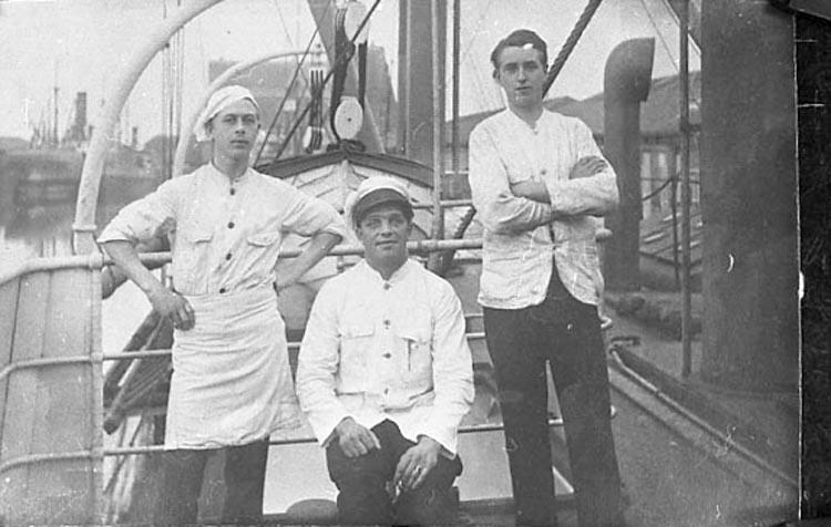 """Bildtext till kopian i fotoalbumet: """"Stående fr.vä: Eskil Åback, Mårten Säfström. f. 1901""""."""