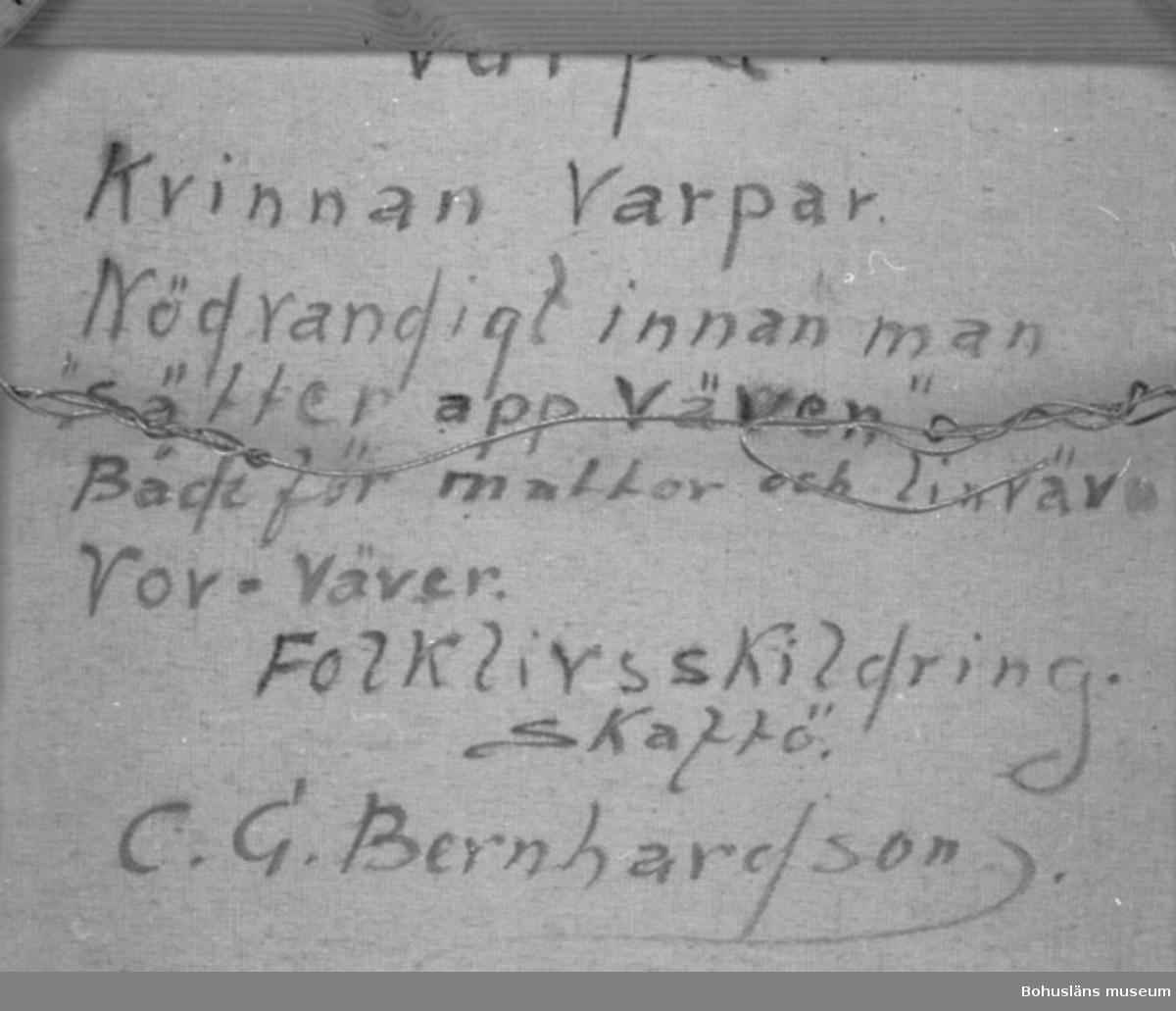"""Baksidestext:  """"Varpa Kvinnan Varpar Nödvandigt innan man """"sätter app väven"""" Både för mattor och linväv Vov=väver. Folklivskildring. Skaftö. C.G. Bernhardson.""""  Ordförklaring: Varpa = ordna varpen på varpställning,  d v s vävstolens längsgående trådar - varpen.  Montering: Ram. Övrig historik; se CGB001."""