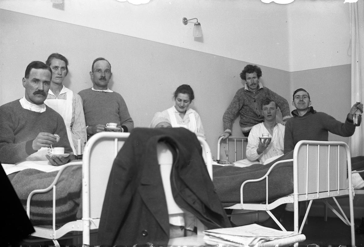 Fem män och tre kvinnor i och vid tre sjukhussängar på Lungkliniken, Eksjö.