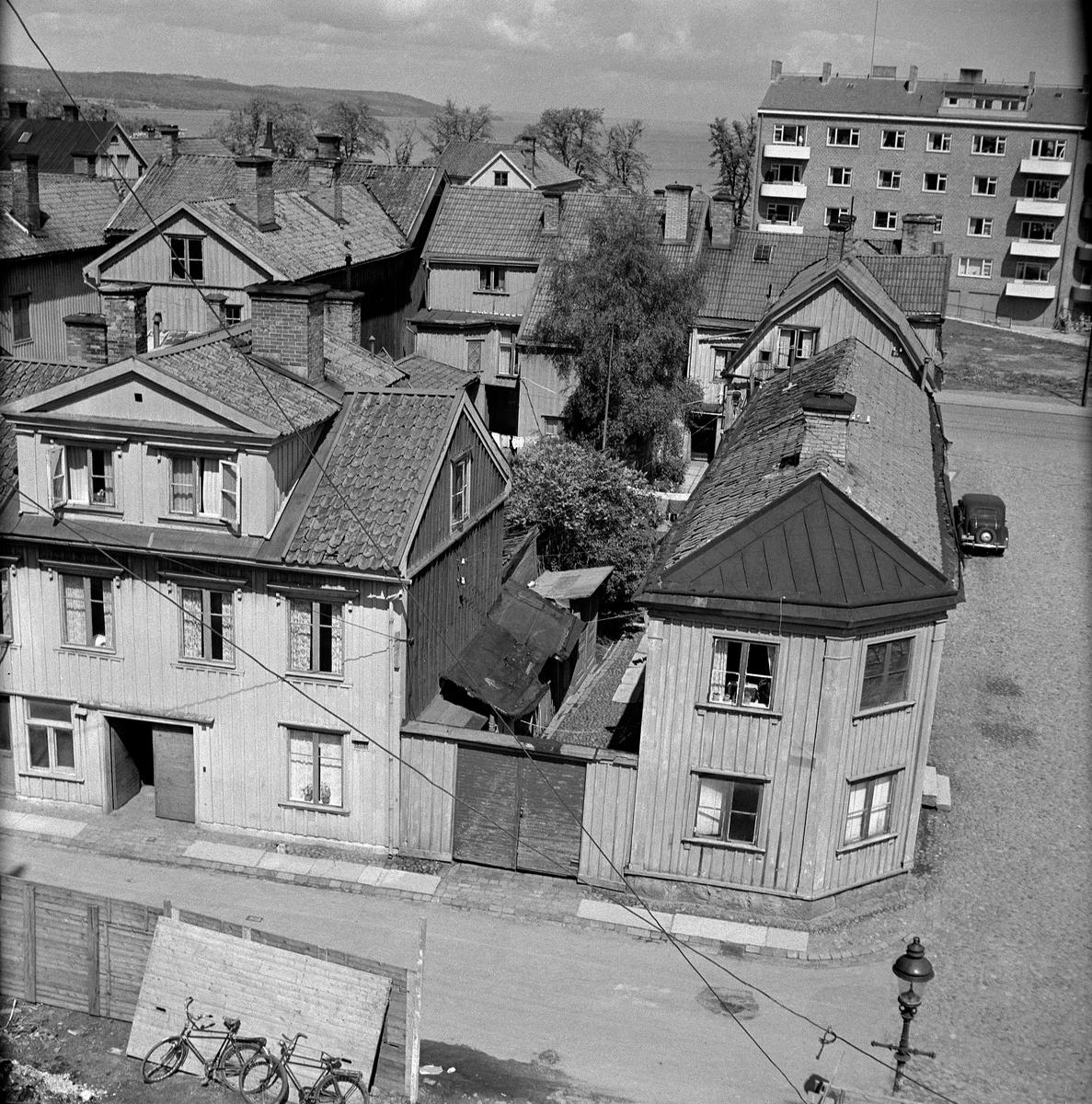 Bebyggelse i Jönköping. I förgrunden trähus vid Kanalgatan nr 57 och 59 och i bakgrunden ett nyare tegelhus vid Norra Strandgatan 76.