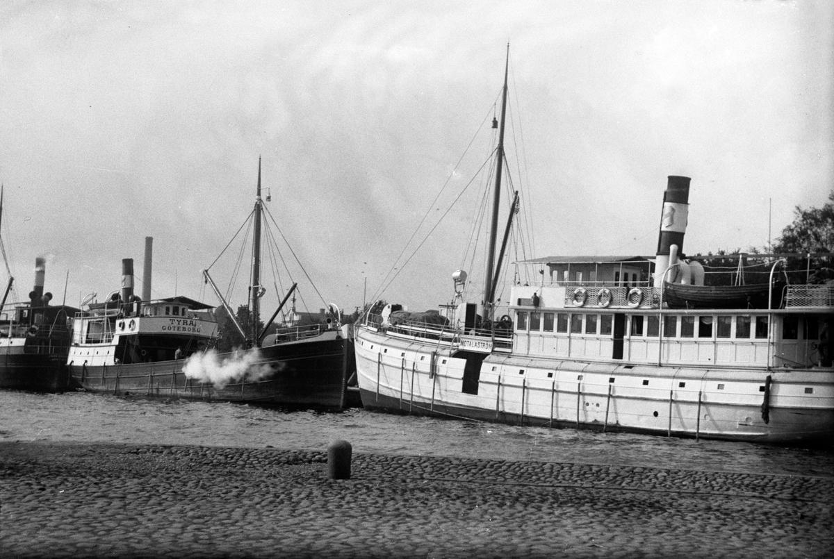 """Båtar ligger förtöjda i Jönköpings hamn bland annat """"Tyra Göteborg"""" och """"Motalaström""""."""