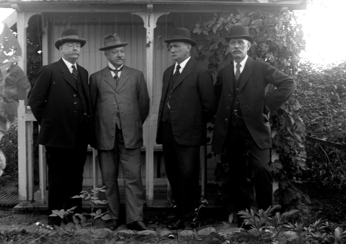 Fyra män står i en trädgård, Gustav Anderssons far, Johan August Andersson (2).