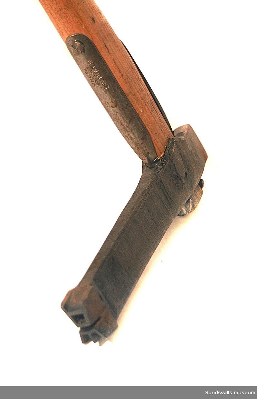 Märkyxa med träskaft med ett huggmärke som föreställer ett 'A' krönt av en krona.