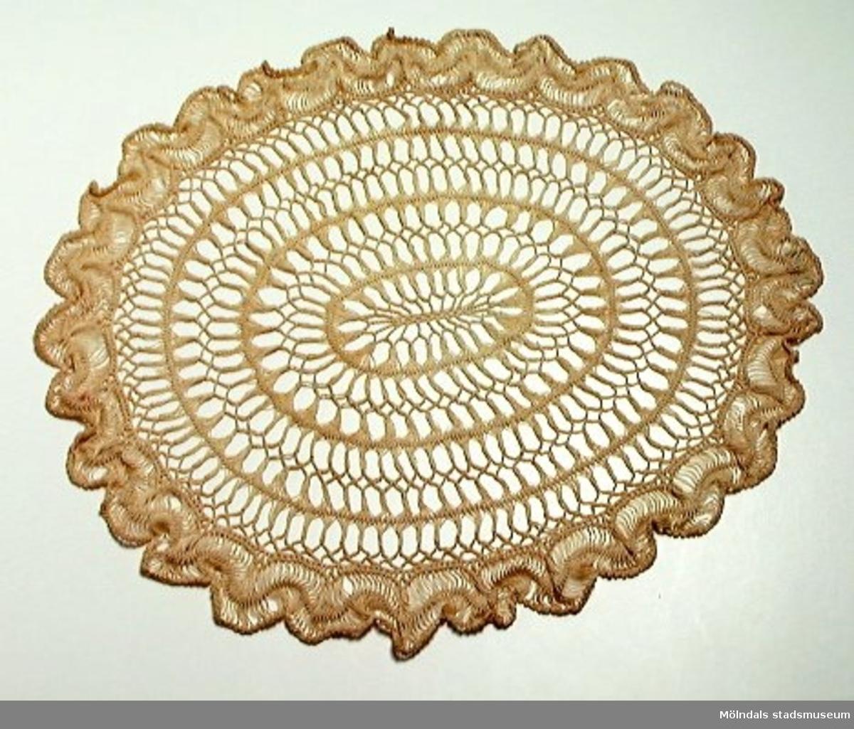 Gaffelvirkning. Tillverkad av kvinnor i Kvarnbyn. Lotterivinst vid Papyrus fabrik till givaren.