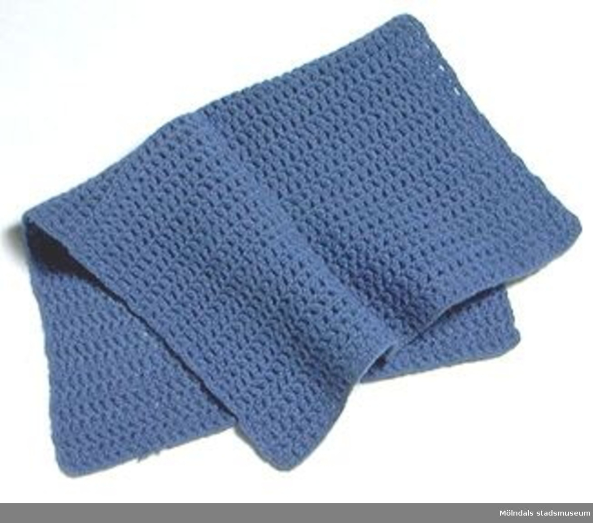 Mörkblå, stickad filt.