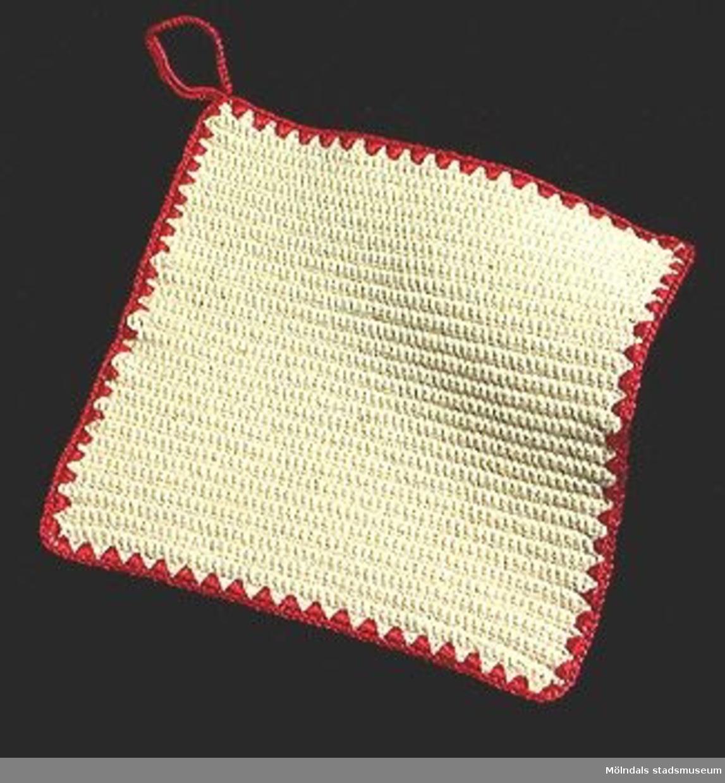 Beige virkad grytlapp med röd kant runtom.Elevarbete från textillärarseminariet.Gåvan förmedlad genom Gustav Wickström.