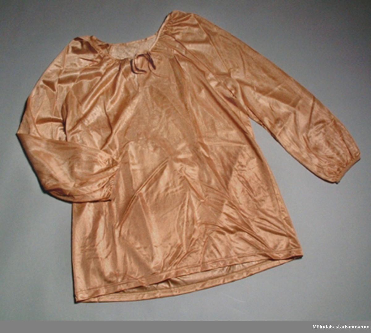 Mellanbrun, tvådelad dampyjamas med lång ärm. Storlek: small. Ej använd.