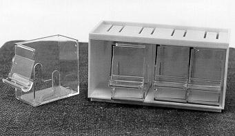 Låda för frimärkskassetter, består av en gul plastlåda varifyra kassetter av transparent plast kan skjutas in. Varje kassettrymmer en frimärksrulle och har framtill en öppning där frimärkenakan dras ut. Flera lådor medinnehållande kassetter kan staplas påvarandra. Lådan såldes även till Postens kunder för 7:50 år 1978.Artikelnummer 642.04.