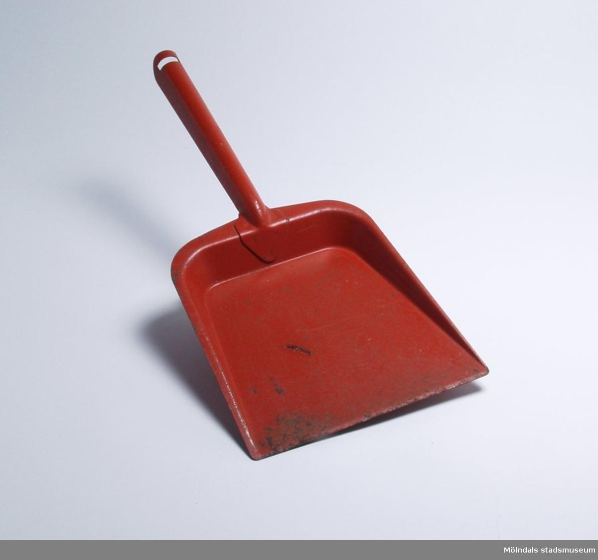 """Sopskyffel, röd orange. Givarens barn fick den av sin farmor för att ha som """"riktig"""" lek-sak, när de hjälpte till att städa hemma."""