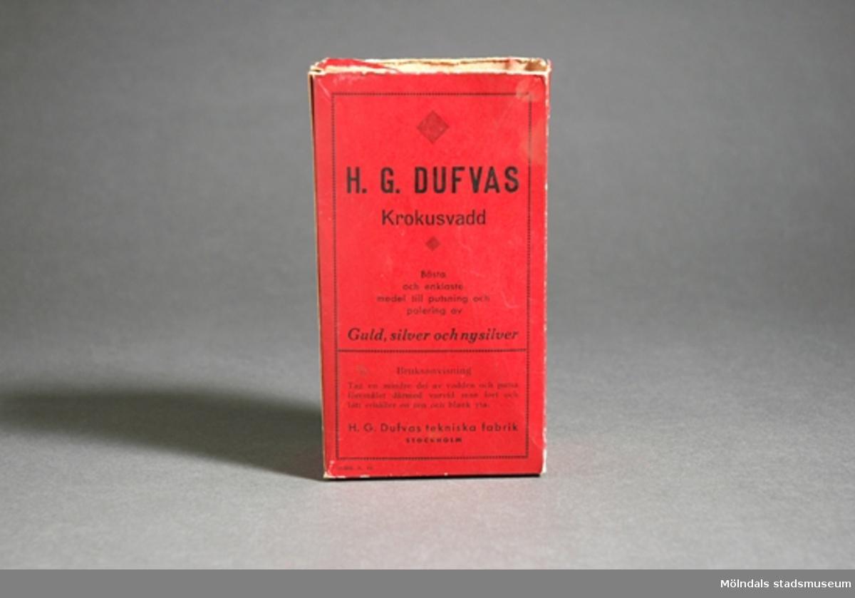 Röd pappkartong innehåller bomullsvadd med krokuspulver som man putsar och polerar guld och silverföremål.