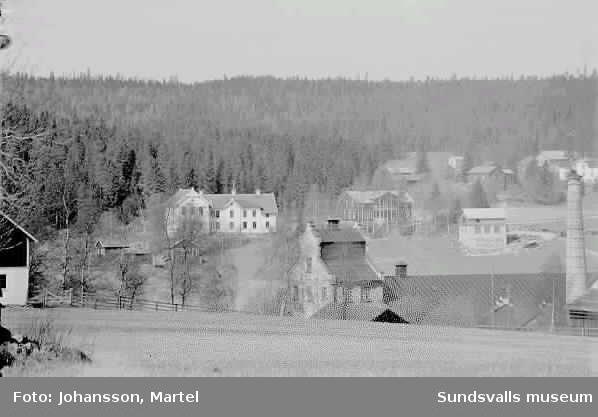 Sörfors massafabrik, troligtvis. Tv i bakgrunden, gamla skolan, Lucksta. 1915 - 1920.