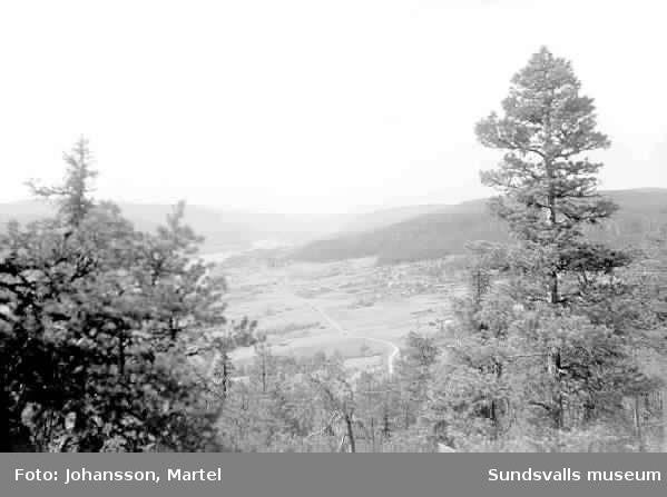 """Attmar. Vy över skog och bebyggelse. """"Utsikt över Marmen""""."""
