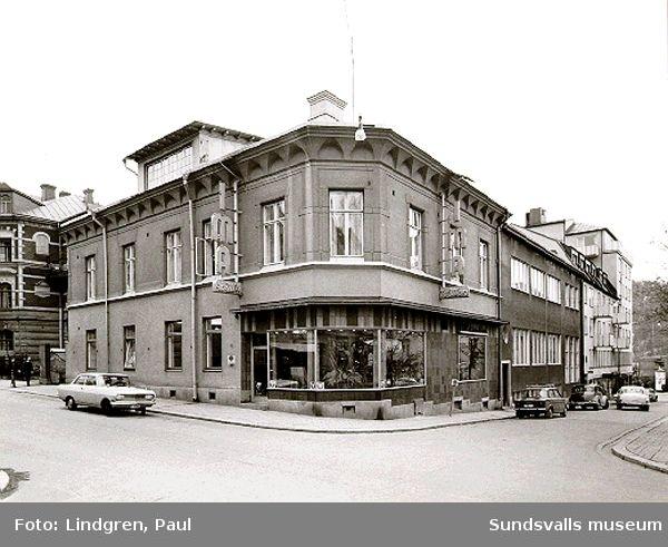 """Kyrkogatan 30. IMA-tvätten, """"Flyréns""""."""