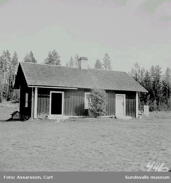 Enda mangårdsbyggnad från brukstiden i Johannisfors. Numera sommarstuga hos hemmansägare  Åsberg, Attmar.