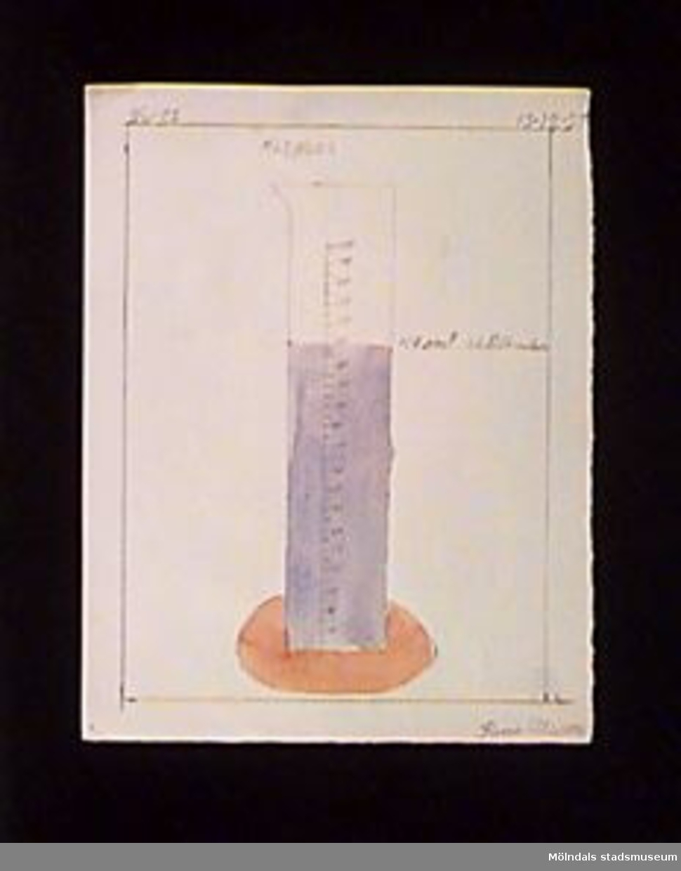 En teckning som föreställer ett mätglas. Utfört med blyerts och vattenfärg.Givaren gick hela sin skoltid i Toltorpsskolan.