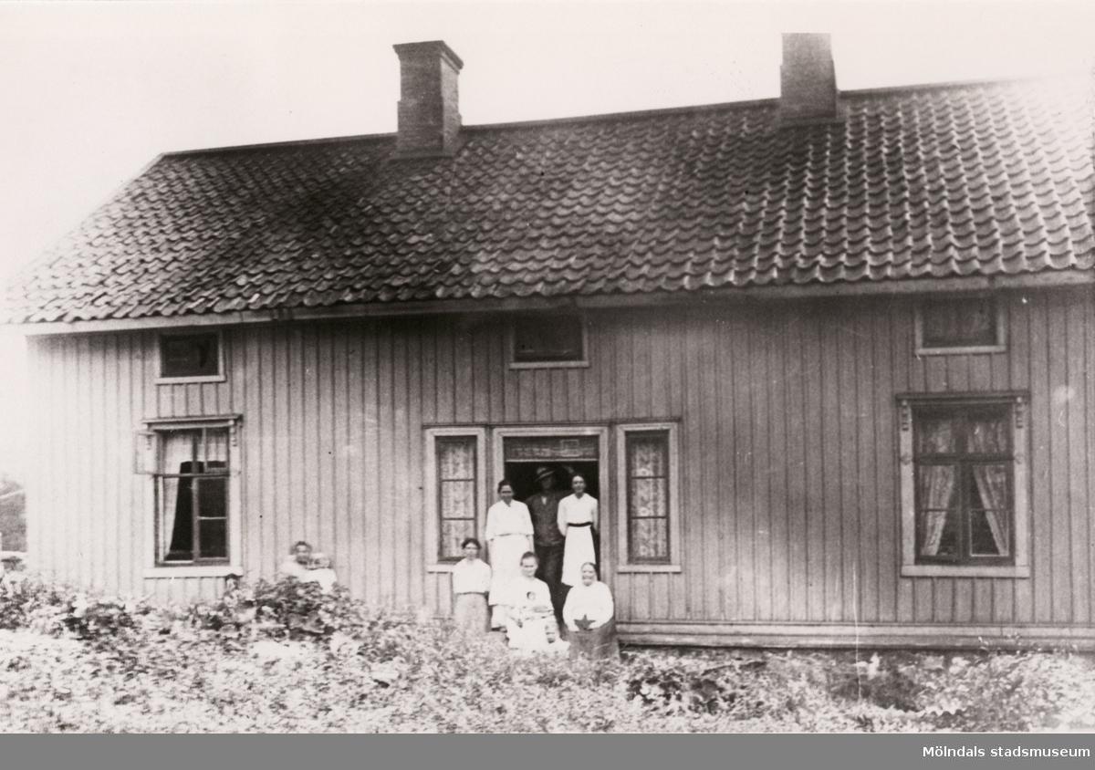 """Familjen Hansson utanför deras hem """"Glädjen"""" i Mölndals Kvarnby år 1917."""