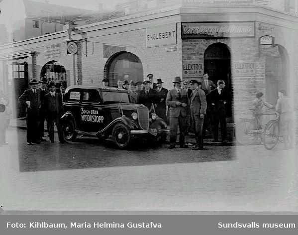 Demonstration av bil. Fröberg & Sjöbergs bilfirma.