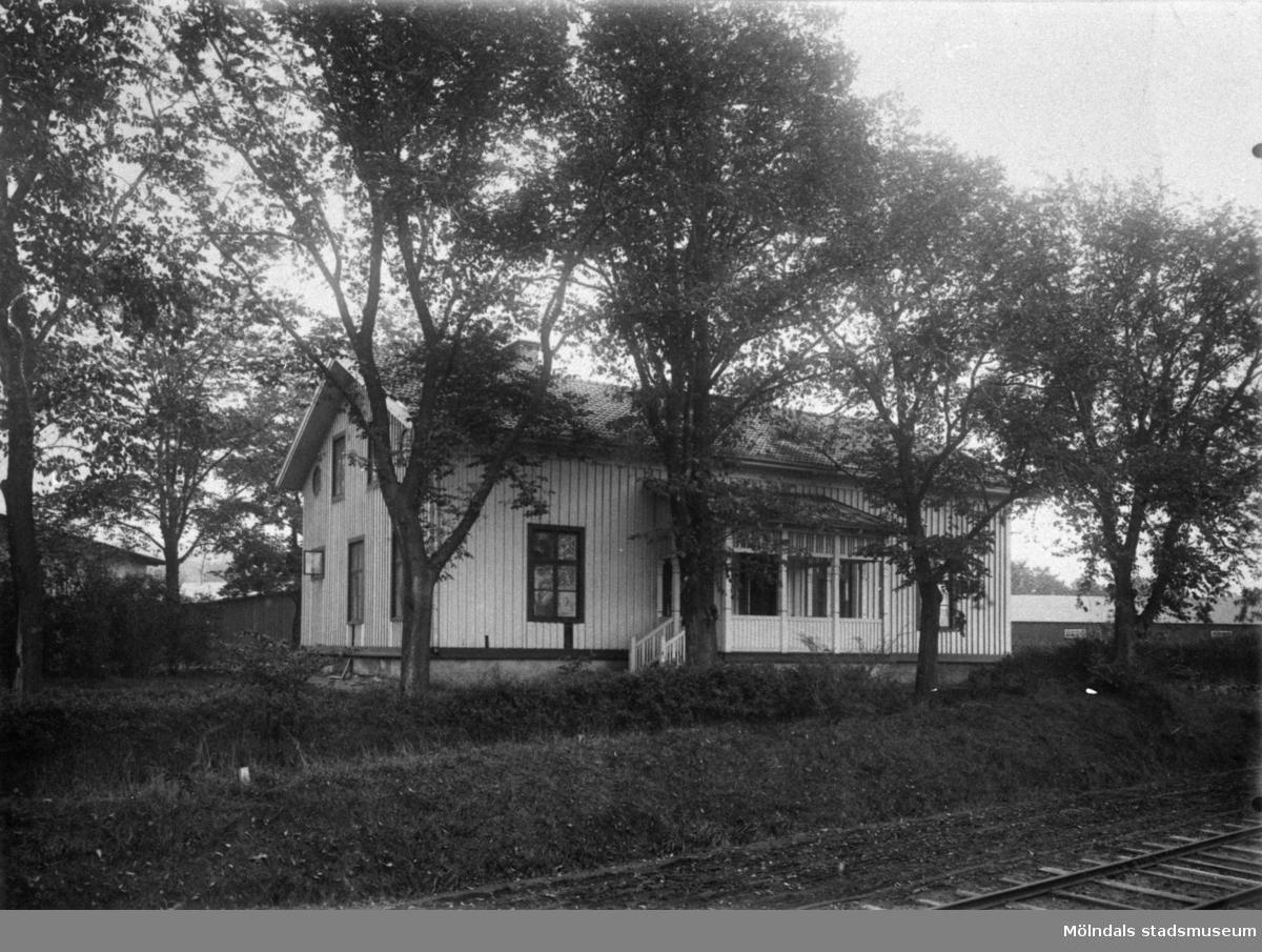 """Bostadshus inne på Papyrus fabriksområde som kallades """"Näset"""" år 1905."""