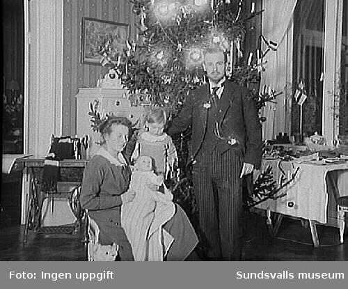 Förmodligen Lennart och Pussi Norström med barnen, Clas Fredrik Hans Thorsten f 1915 och hans syster Sigrid Alma Louise f 1917. Lennart Norströms mor Alma Cecilia Norström var född Bünsow.